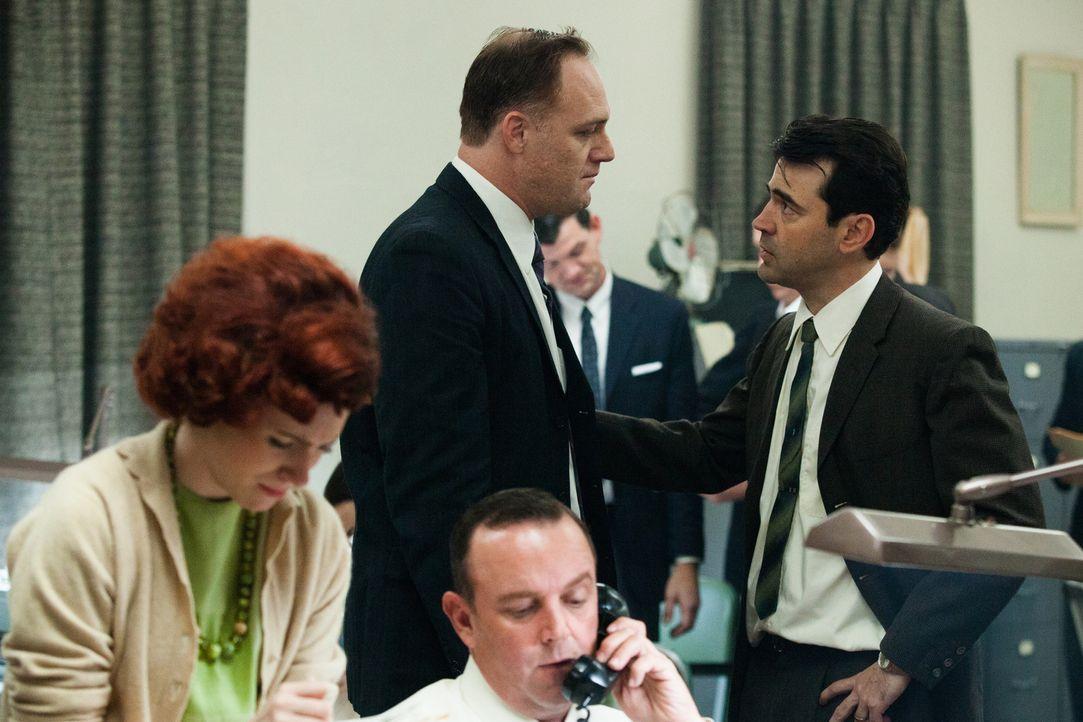 FBI Agent James Patrick Hosty (Ron Livingston, r.) gerät schon vor dem Attentat an Präsident Kennedy mit Lee Harvey Oswald aneinander, weil er üb... - Bildquelle: Claire Folger 2013 WALLEYE PRODUCTIONS, LLC ALL RIGHTS RESERVED.