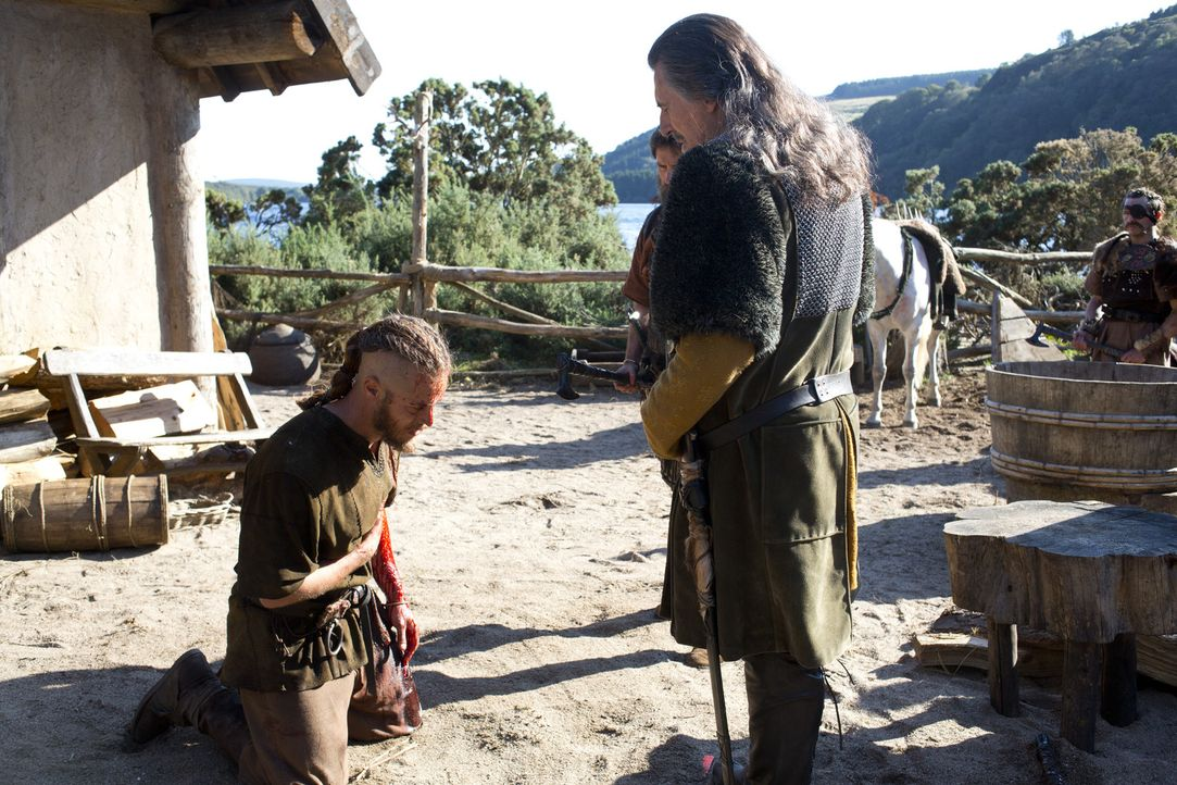 Nachdem es Ragnar (Travis Fimmel, l.) gelungen ist, seine Familie in Sicherheit zu bringen, ergibt er sich scheinbar widerstandslos seinem Erzfeind... - Bildquelle: 2013 TM TELEVISION PRODUCTIONS LIMITED/T5 VIKINGS PRODUCTIONS INC. ALL RIGHTS RESERVED.