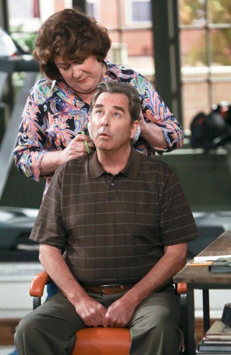 Während Carol (Margo Martindale, l.) nicht gut auf ihre Zahnärztin zu sprechen ist, findet Tom (Beau Bridges, r.) einfach nicht heraus, warum er mor... - Bildquelle: 2013 CBS Broadcasting, Inc. All Rights Reserved.