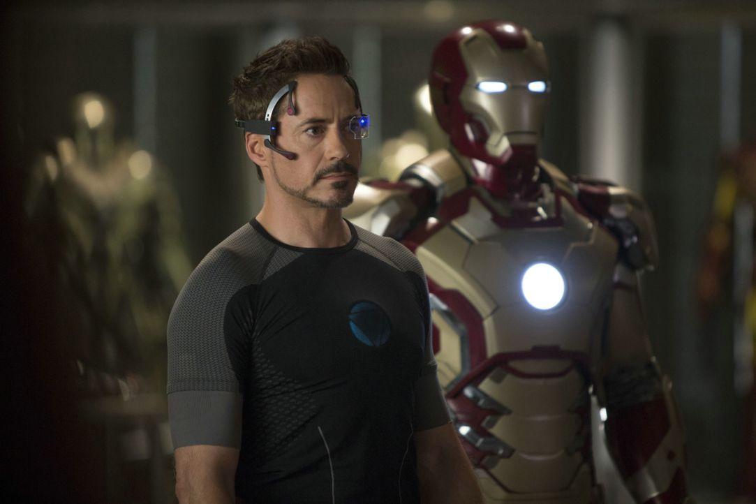 Um sich sicher zu fühlen, produziert Tony (Robert Downey Jr.) immer mehr Iron-Man-Anzüge - die auch schon bald dringend benötigt werden ... - Bildquelle: TM &   2013 Marvel & Subs. All Rights Reserved.
