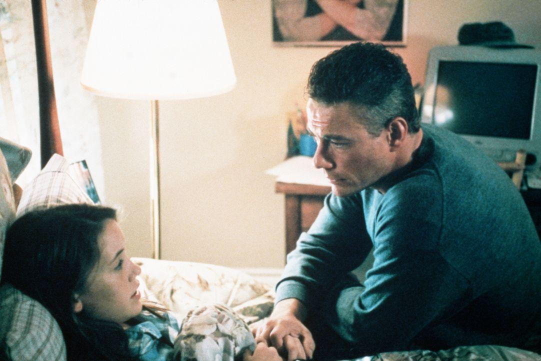 S.E.T.H. kennt keine Skrupel. Dies weiß auch sein Jäger Luc (Jean-Claude Van Damme, r.), der sich deshalb große Sorgen um seine Tochter Hillary (Kar... - Bildquelle: Columbia TriStar Film GmbH