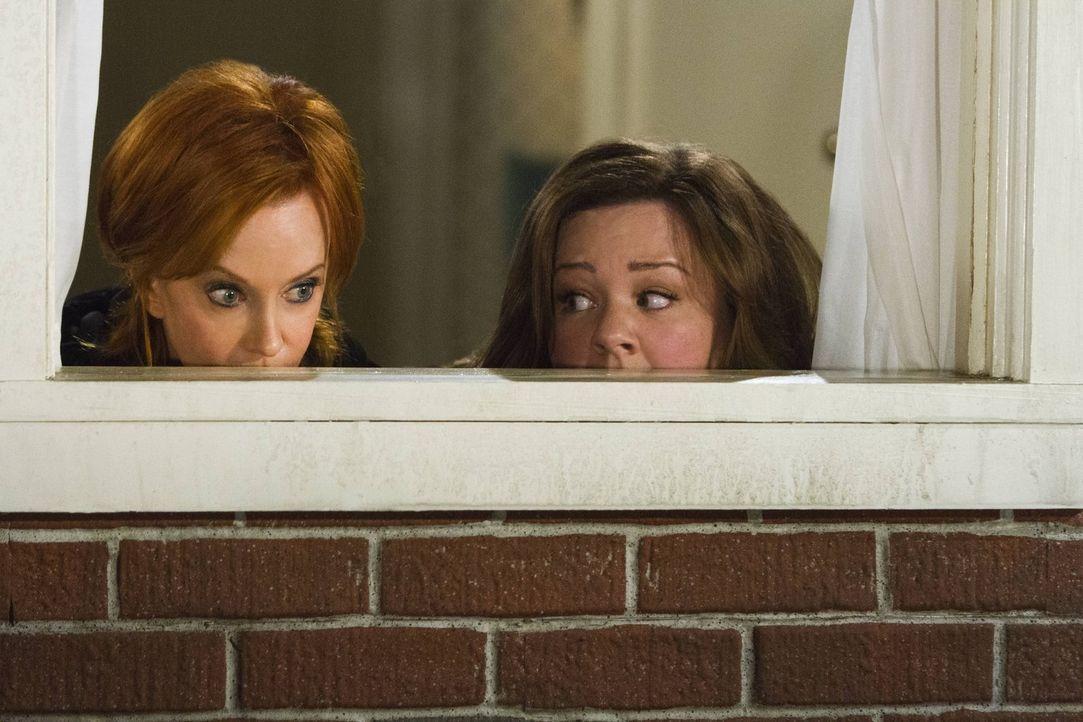Da Molly (Melissa McCarthy, r.) glaubt, dass ihr Nachbar nichts Gutes im Schilde führt, spioniert sie ihn gemeinsam mit Joyce (Swoosie Kurtz, l.) au... - Bildquelle: Warner Brothers