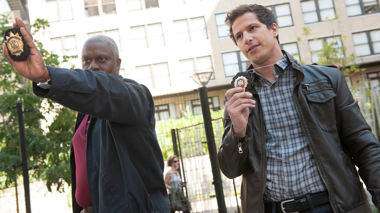 Captain Ray Holt (Andre Braugher, l.); Jake Peralta (Andy Samberg, r.) - Bildquelle: 2013 NBC Studios LLC. All Rights Reserved.