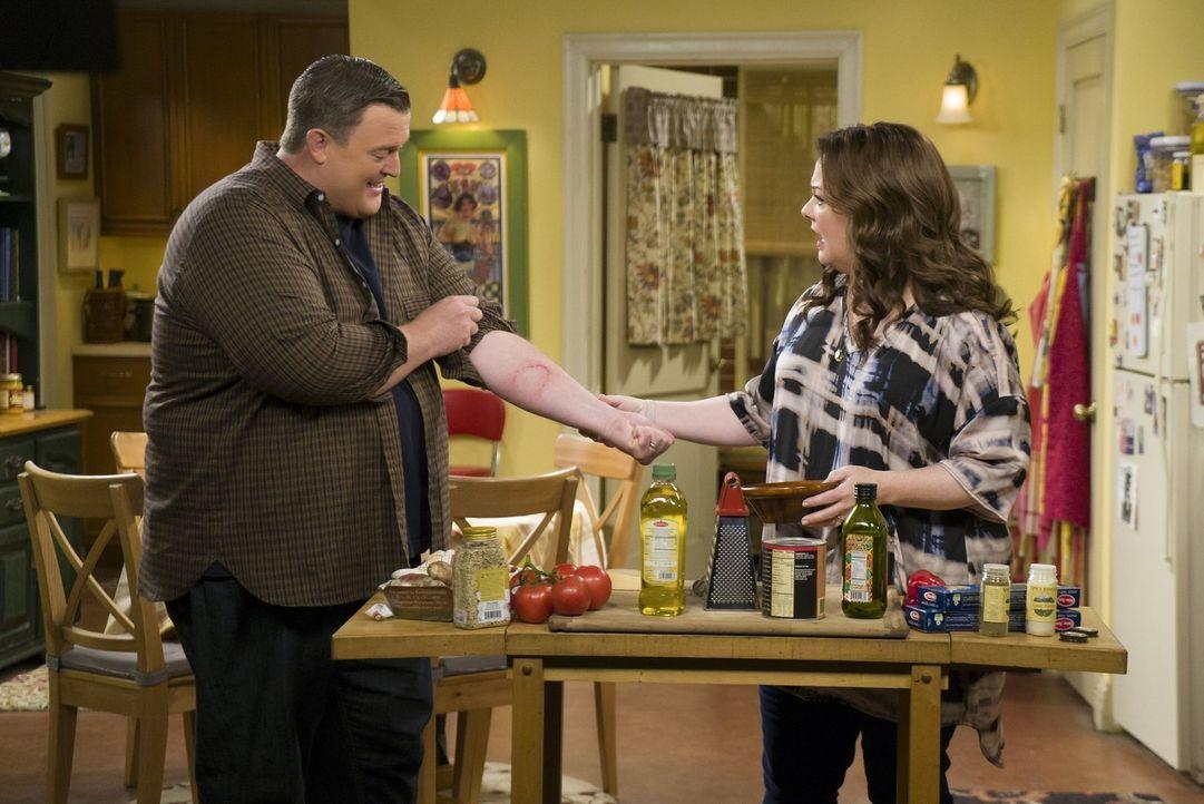 Molly (Melissa McCarthy, r.) weiß nicht wie sie mit Mikes (Billy Gardell, l.) neu entfachten Ehrgeiz umgehen soll seit diesem im Dienst das Portemon... - Bildquelle: Warner Brothers