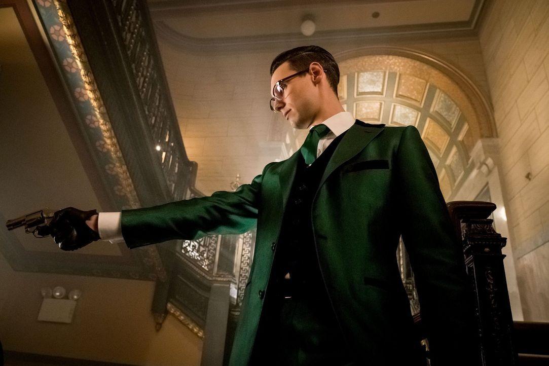 Nachdem Edward Nygma (Cory Michael Smith) Penguin angeschossen hat, ist er auf der Suche nach einem neuen Mentor, der ihm zeigt, wie man ein Schurke... - Bildquelle: Warner Brothers