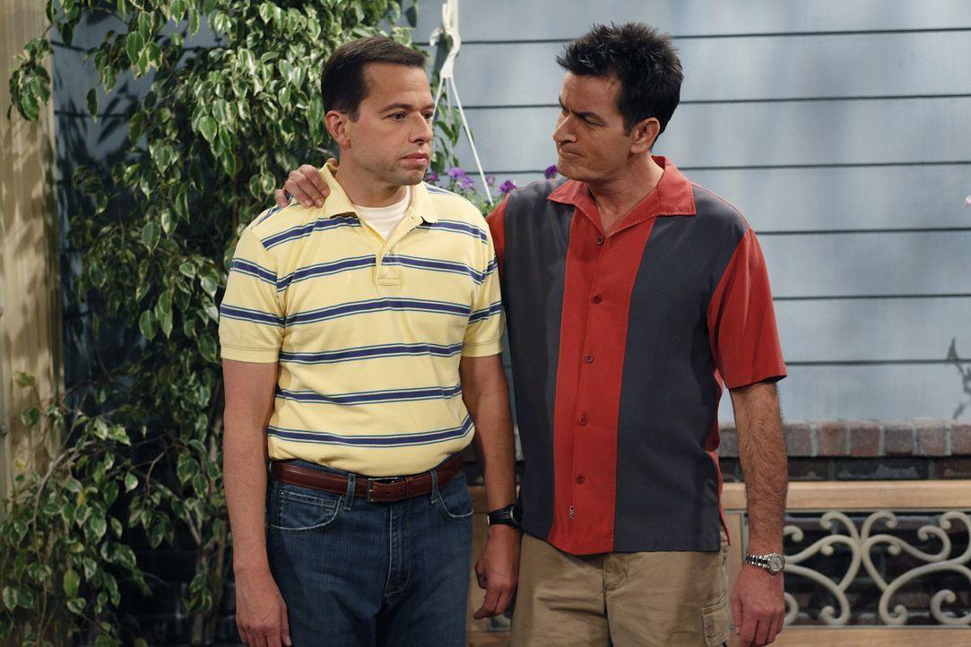 Charlie (Charlie Sheen, r.) hofft, dass Alan (Jon Cryer, l.) zu Lyndsey zieht. Doch wird sein Wunsch in Erfüllung gehen? - Bildquelle: Warner Brothers Entertainment Inc.