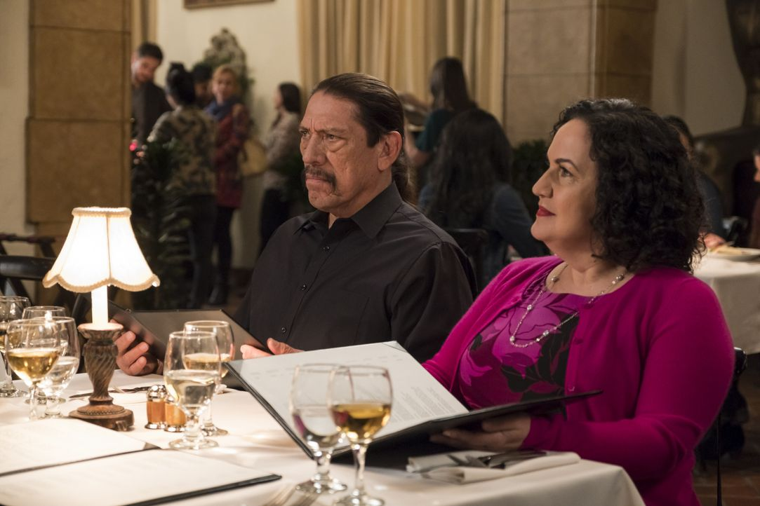 Oscar Diaz (Danny Trejo, l.); Julia Diaz (Olga Merediz, r.) - Bildquelle: John P. Fleenor 2018 UNIVERSAL TELEVISON LLC. All rights reserved. / John P. Fleenor