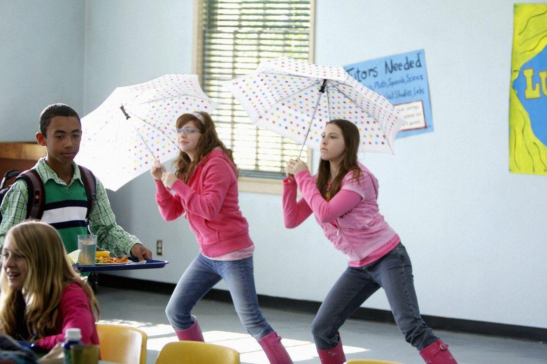 """Vom Langstreckenlauf zur tänzerischen Mittagspause: Sue (Eden Sher, r.) und Carly (Blaine Saunders, l.) üben sich beim Lunch in der Schule an den """"F... - Bildquelle: Warner Brothers"""