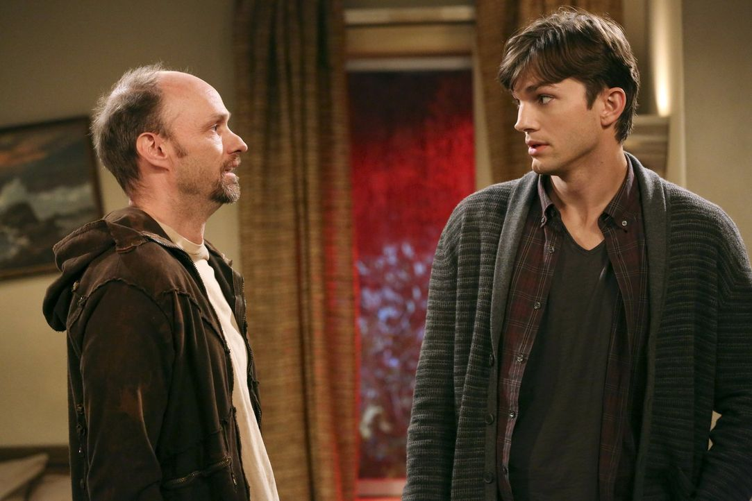 Um vor Larry sicher zu sein, nimmt sich Walden (Ashton Kutcher, r.) bei Arthur (Brian Stepanek, l.) ein Zimmer ... - Bildquelle: Warner Bros. Television