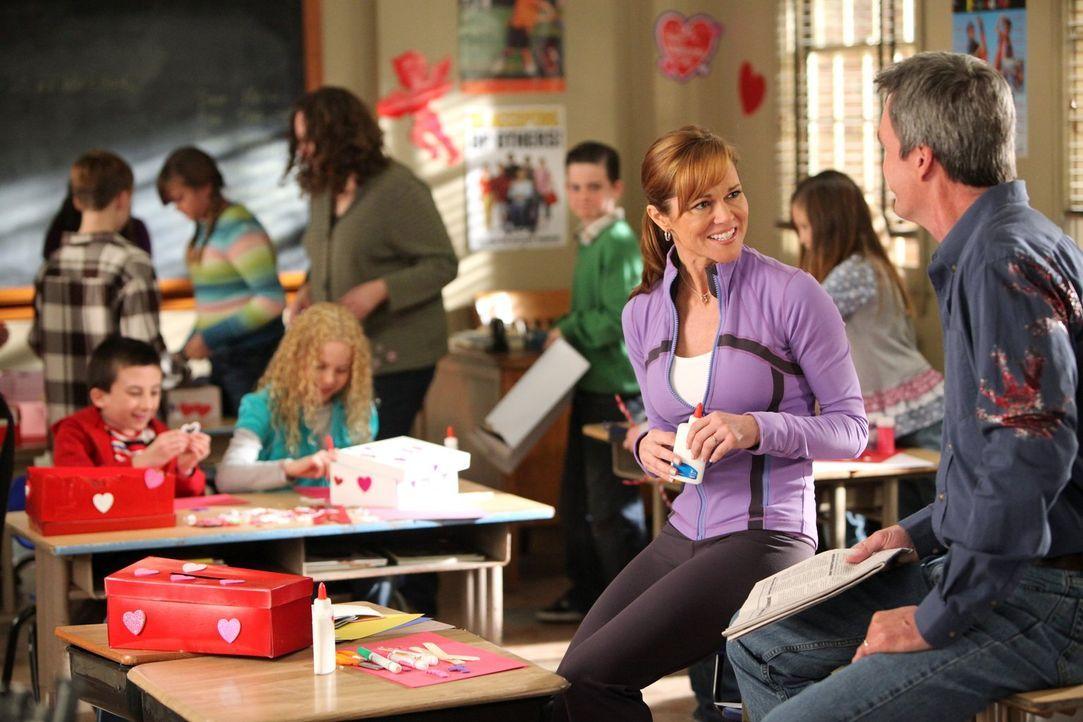 Als sich Mike (Neil Flynn, vorne r.) mit Janice (Delaina Mitchell, vorne l.), der hübschen Mutter von Autumn (Isabella Acres, hinten r.) unterhält,... - Bildquelle: Warner Brothers