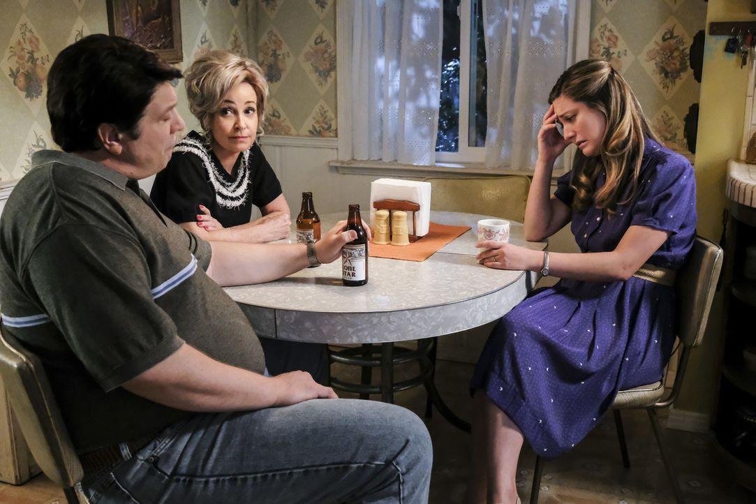 Müssen sich mal wieder Sorgen um Sheldon machen: George Sr. (Lance Barber, l.), Meemaw (Annie Potts, M.) und Mary (Zoe Perry, r.) ... - Bildquelle: Warner Bros. Television
