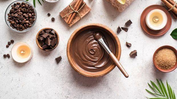 Eine Kaffee-Schokoladen-Maske lässt sich schnell und einfach selbst zaubern –...