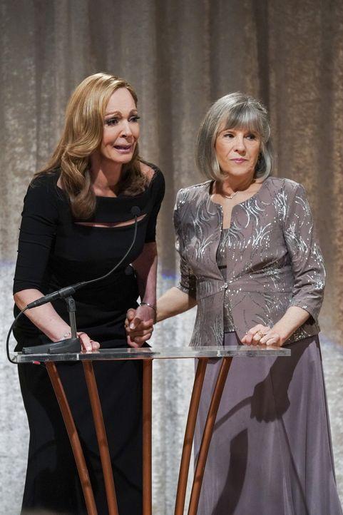 Bonnie (Allison Janney, l.); Marjorie (Mimi Kennedy, r.) - Bildquelle: Warner Bros. Entertainment, Inc.