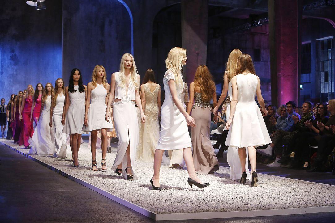 GNTM-Stf10-Epi03-Fashionshow-74-ProSieben-Richard-Huebner-TEASER - Bildquelle: ProSieben/Richard Huebner