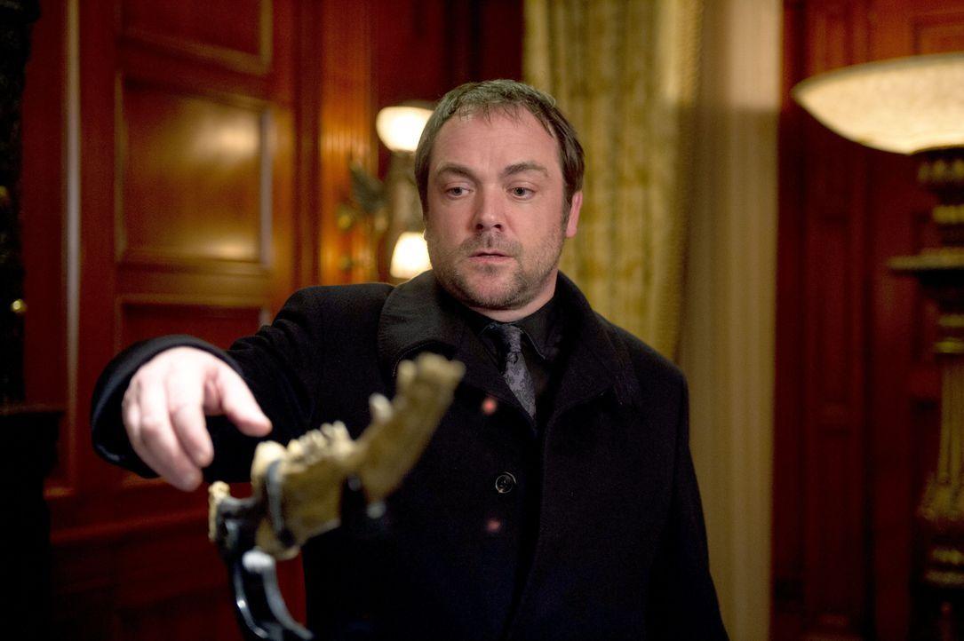 Die erste Klinge übt auch auf Crowley (Mark Sheppard) eine unglaubliche Anziehungskraft aus, doch er weiß, dass ihm dieser Knochen ohne Dean überhau... - Bildquelle: 2013 Warner Brothers