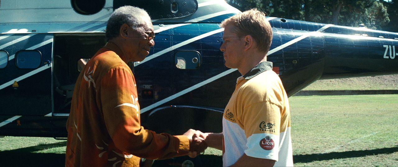 Im Trainingslager bekommen Francois (Matt Damon, r.) und seine Spielerkollegen Besuch vom Präsidenten. Denn Nelson Mandela (Morgan Freeman, l.) glau... - Bildquelle: Warner Bros.