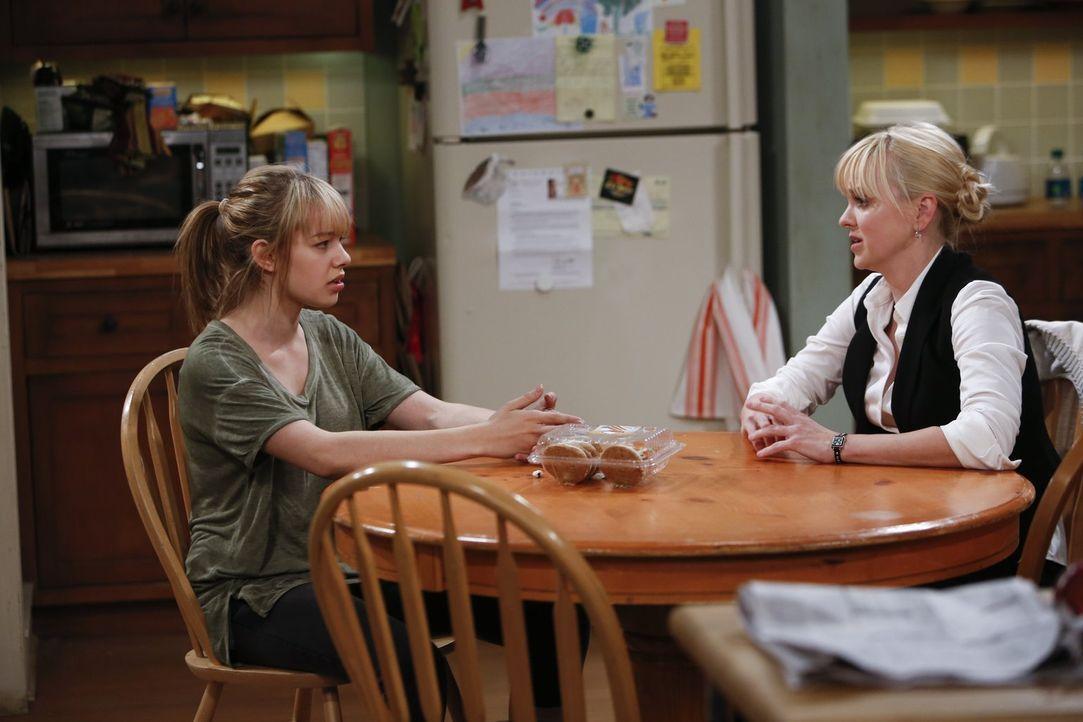 Sind nicht immer einer Meinung: Christy (Anna Faris, r.) und ihre Tochter Violet (Sadie Calvano, l.) - Bildquelle: Warner Bros. Television