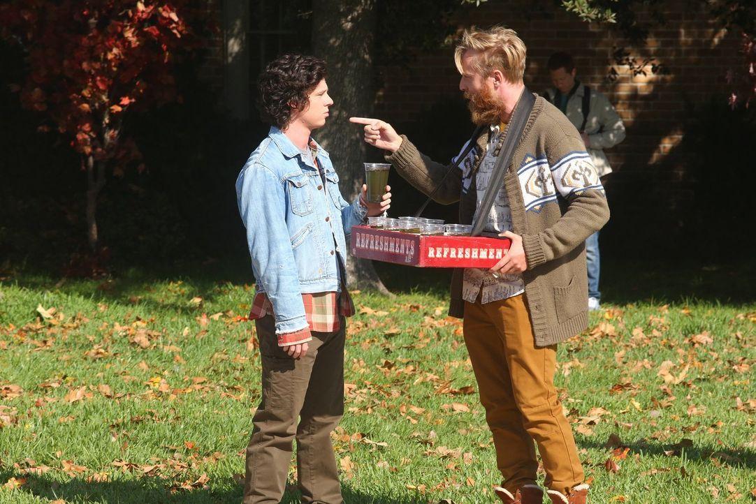 Ist Axl (Charlie McDermott, l.) wirklich der richtige, wenn es darum geht, das Sue Tipps braucht, wie sie am besten mit Jeremy (Will Green, r.) Schl... - Bildquelle: Warner Bros.