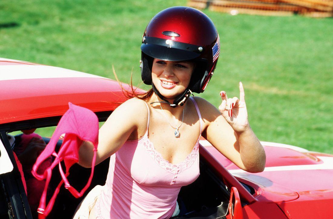Mit Handtäschchen und Helm startet Gina (Susan Sideropoulos) in das irrsinnigste Stock-Car-Rennen der Stadt ... - Bildquelle: action image
