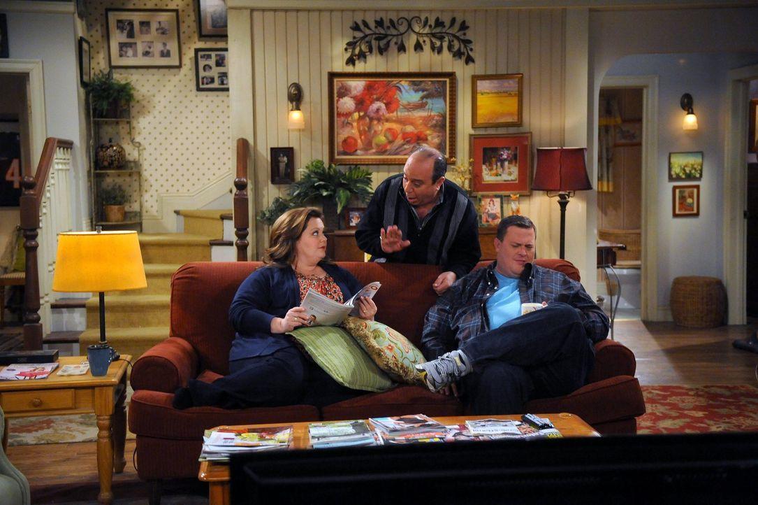 Während Molly (Melissa McCarthy, M.) sich Gedanken macht, wohin sie und Mike (Billy Gardell, r.) in den Flitterwochen fahren könnten, ist Vince (Lou... - Bildquelle: Warner Brothers