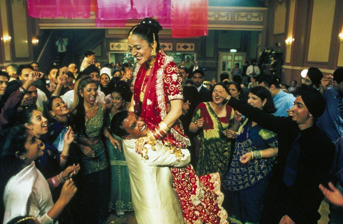Ausgelassene Hochzeitsfeier: Braut Pinky (Archie Panjabi, r.) und Bräutigam Teetu (Kulvinder Ghir, l.) ... - Bildquelle: Twentieth Century Fox Film Corp.