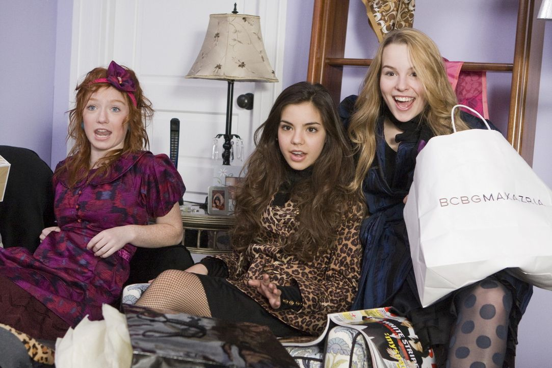 Shoppen ist ihr Leben: (v.l.n.r.) Dylan (Sophie Anna Everhard), Alicia (Samantha Boscarino) und Kristen (Bridgit Mendler) ... - Bildquelle: 2008 Warner Bros.
