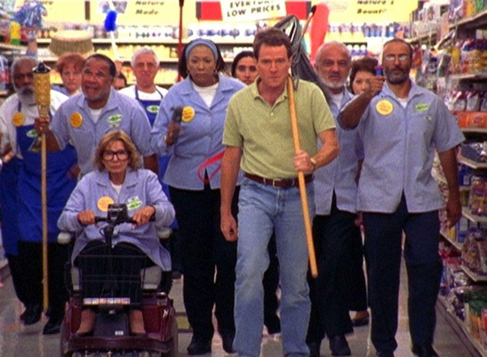Gemeinsam mit den Mitarbeitern des Supermarktes beschließt Hal (Bryan Cranston, M.), sich dem fürchterlichen Chef Craig zu widersetzten und ihn zu... - Bildquelle: TM +   2000 Twentieth Century Fox Film Corporation. All Rights Reserved.
