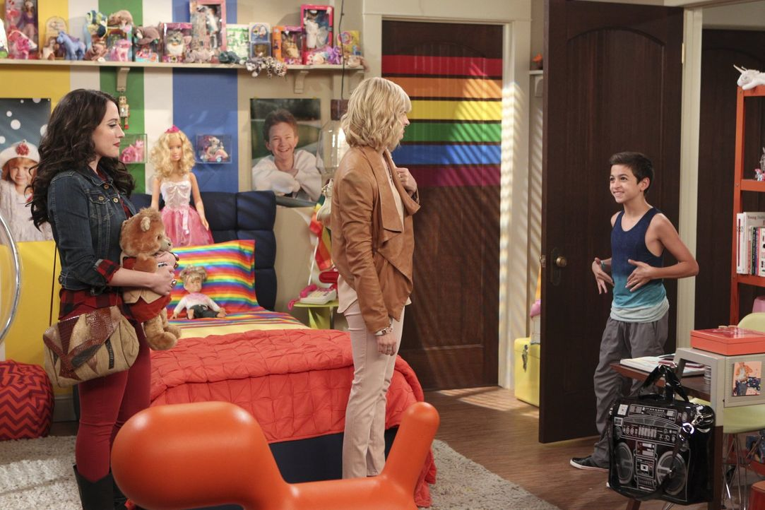 Eigentlich wollen Max (Kat Dennings, l.) und Caroline (Beth Behrs, M.) einem Kind eine Freude machen, aber ist Elliott (J.J. Totah, r.) da der richt... - Bildquelle: Warner Bros. Television