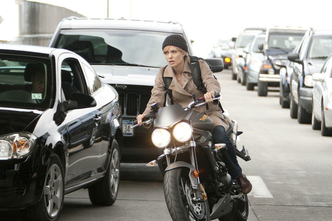 Evelyn Salt (Angelina Jolie) gehört zu den fähigsten CIA-Agenten, die für die Sicherheit ihres Landes nicht nur einmal ihr Leben riskiert hat. Al... - Bildquelle: 2010 Columbia Pictures Industries, Inc. and Beverly Blvd LLC. All Rights Reserved.