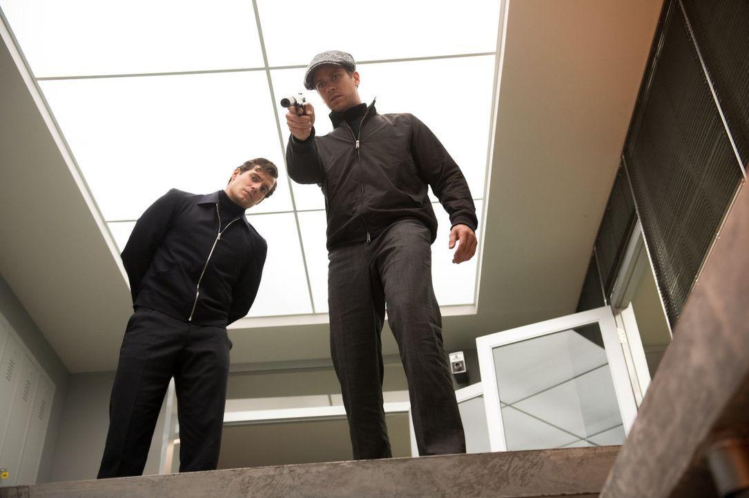 Die Zusammenarbeit von dem amerikanischen CIA-Agenten Napoleon Solo (Henry Cavill, l.) und dessen Kollegen, dem russischen KGB-Agenten Illya Kuryaki... - Bildquelle: Warner Bros.