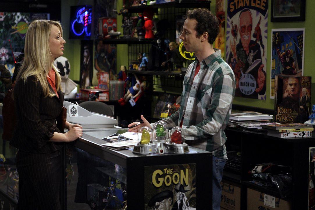 Penny (Kaley Cuoco, l.) versucht über Stuart (Kevin Sussman, r.), eine Überraschung für Sheldon zu organisieren ... - Bildquelle: Warner Bros. Television