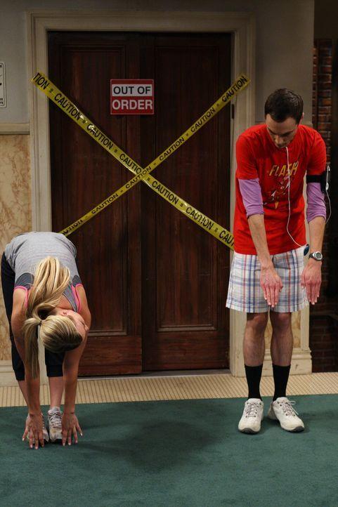 Penny (Kaley Cuoco, l.) will Sheldon (Jim Parsons, r.) bei seinem Plan, die Ernährung umzustellen und regelmäßig Joggen zu gehen, unterstützen. - Bildquelle: Warner Bros. Television
