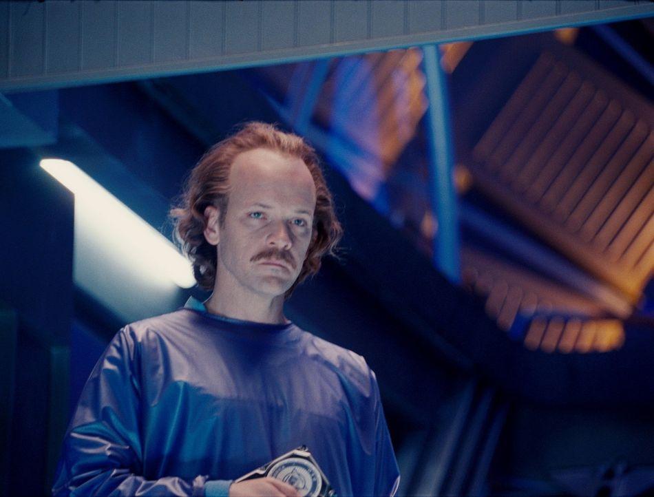 Der Wissenschaftler Hector Hammond (Peter Sarsgaard) gerät bei der Obduktion des auf der Erde verstorbenen Wächters des Universums mit der DNS des b... - Bildquelle: Warner Bros.