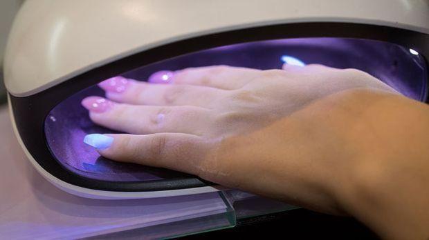 Bei Polygel-Nägeln bedarf es einer UV-Lampe zum Aushärten der Nägel