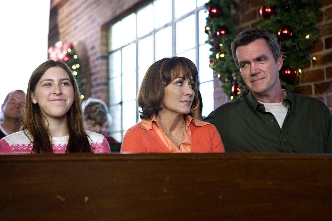 Damit Frankie (Patricia Heaton, M.) im Kirchenchor mitsingen kann, helfen Mike (Neil Flynn, r.) und Sue (Eden Sher, l.) daheim bei den Weihnachtsvor... - Bildquelle: Warner Brothers