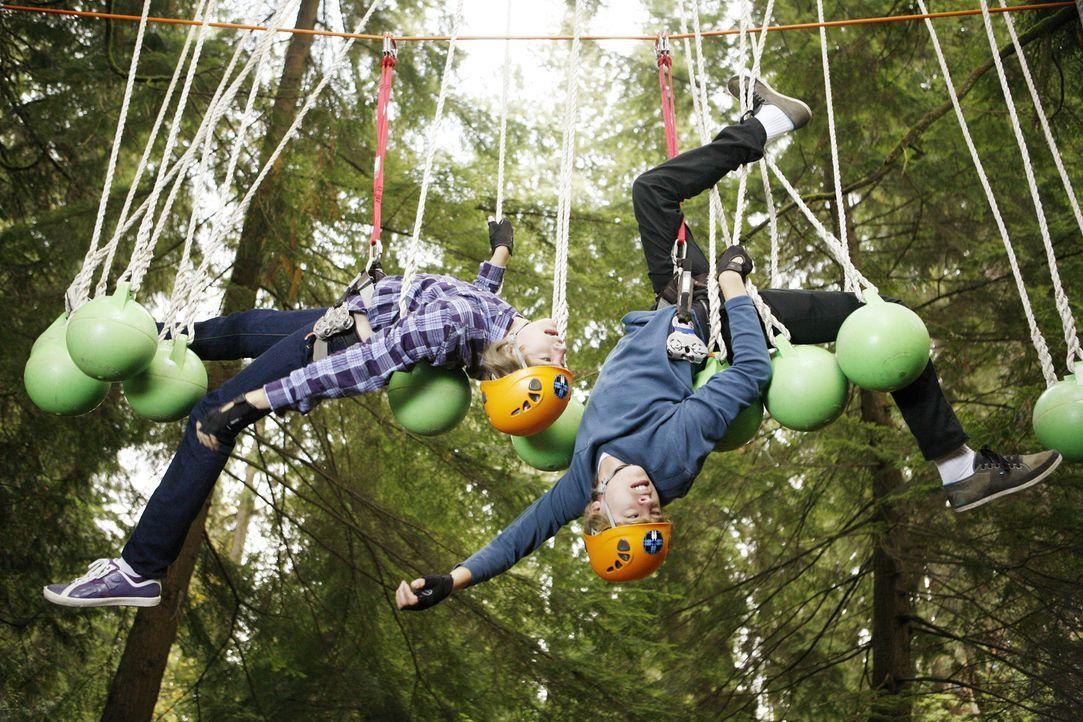 In den Ferien nehmen Cody (Cole Sprouse, r.) und Zack (Dylan Sprouse, l.) an einem Zwillings-Forschungsprojekt teil, das die Beziehung zwischen eine... - Bildquelle: 2010 Disney Enterprises, Inc. All rights reserved.