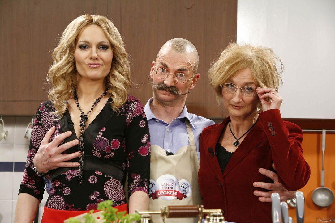 Horst Lichter (Michael Kessler, M.) legt in der Küche Hand an: Katja Burkhard (Martina Hill, l.) und Elke Heidenreich (Petra Nadolny, r.) ... - Bildquelle: ProSieben