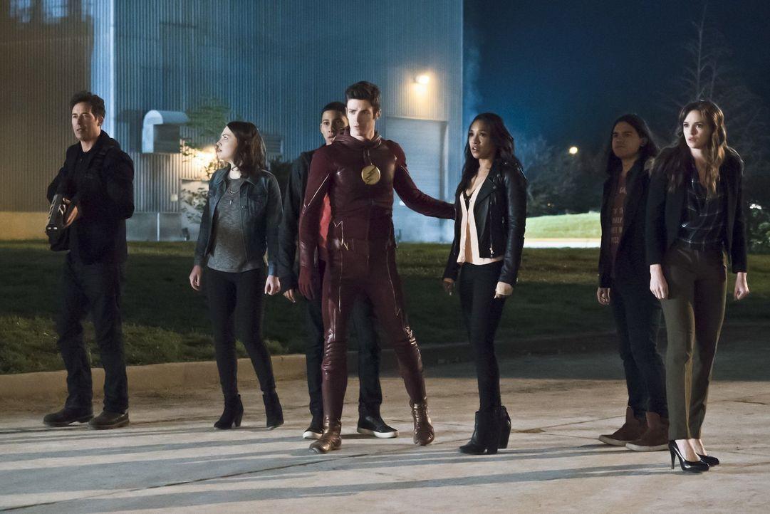 Während Barry alias The Flash (Grant Gustin, 4.v.r.) vor Wut auf Zoom schäumt, treffen (v.l.n.r.) Dr. Wells (Tom Cavanagh), Jesse (Violett Beane), W... - Bildquelle: Warner Bros. Entertainment, Inc.