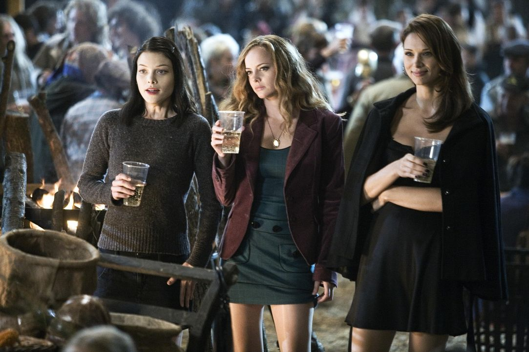 Die Studentinnen Beth (Lauren German, l.) und Whitney (Bijou Phillips, M.), werden von Axelle (Vera Jordanova, r.) in das todbringende Jugendhotel i... - Bildquelle: Copyright   2007 Screen Gems, Inc. / Lions Gate Films Inc. All Rights Reserved.