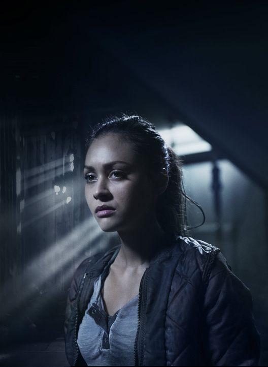 (3. Staffel) - Ihre Verletzung macht Raven (Lindsey Morgan) immer mehr zu schaffen und zu einer perfekten Anwärterin für die Stadt der Lichter ... - Bildquelle: 2014 Warner Brothers