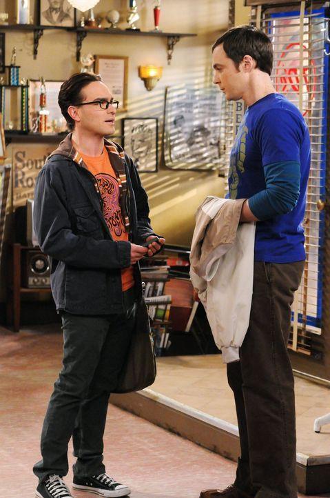 Während Sheldons (Jim Parsons, r.) Leben Kopf steht, da sein Friseur krank ist, hat Leonard (Johnny Galecki, l.) ein ganz anderes Problem - denn er... - Bildquelle: Warner Bros. Television