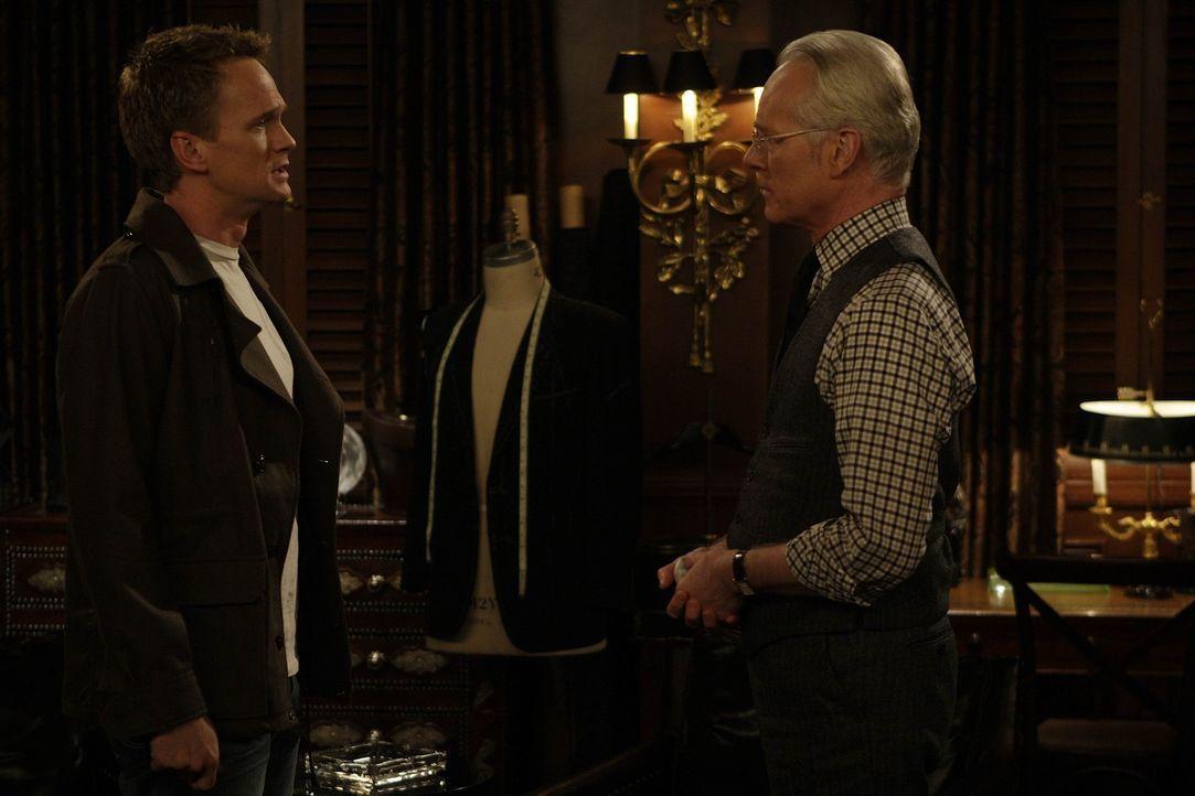 Barney (Neil Patrick Harris, l.) ist verzweifelt, hofft aber, dass Tim (Tim Gunn, r.) seinen Anzug, den er versehentlich beschädigt hat, wieder fli... - Bildquelle: 20th Century Fox International Television