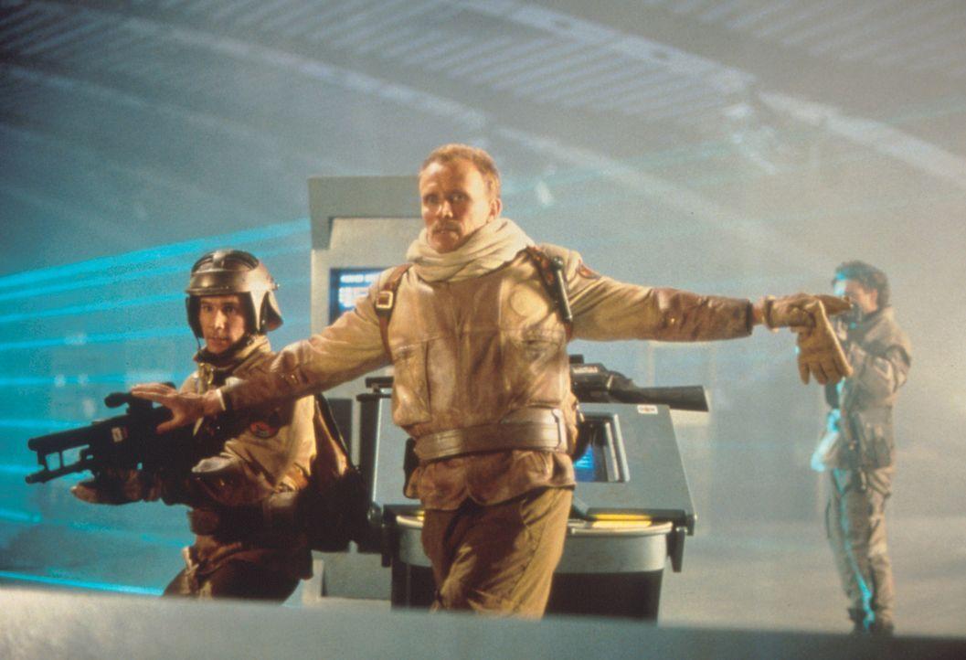 """Colonel Hendricksson (Peter Weller, M.) und eine der wenigen Überlebenden im Kampf gegen die """"Screamers"""" ... - Bildquelle: Columbia TriStar"""