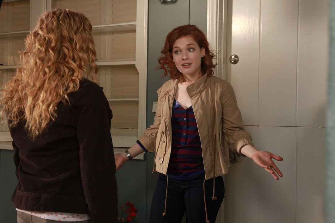 Um endlich unabhängig von George zu sein, beschließt Tessa (Jane Levy, r.) sich einen Roller zu kaufen. Gemeinsam mit Lisa (Allie Grant, l.) macht... - Bildquelle: Warner Brothers