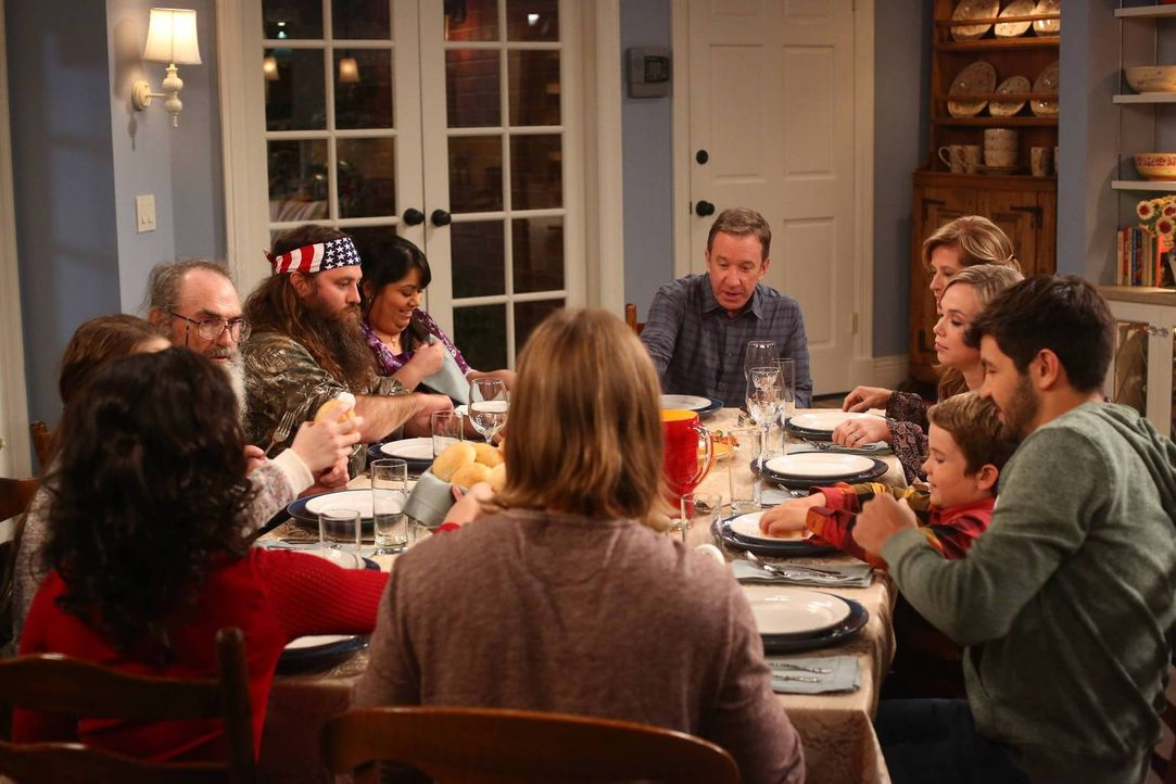 Familienessen oder Familienrat? Mike (Tim Allen, M.) liebt es, wenn alle seine Familienmitglieder um ihn versammelt sind ... - Bildquelle: 2013-2014 Twentieth Century Fox Film Corporation. All rights reserved.