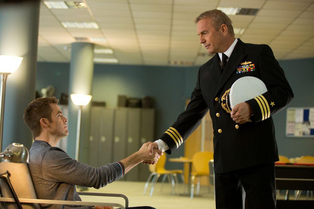 Nach seiner Zeit als Soldat in Afghanistan und einer gefährlichen Verwundung möchte Jack Ryan (Chris Pine, l.) ein ruhiges Leben führen. Doch schon... - Bildquelle: Larry D Horricks MMXIV Paramount Pictures Corporation. All Rights Reserved.