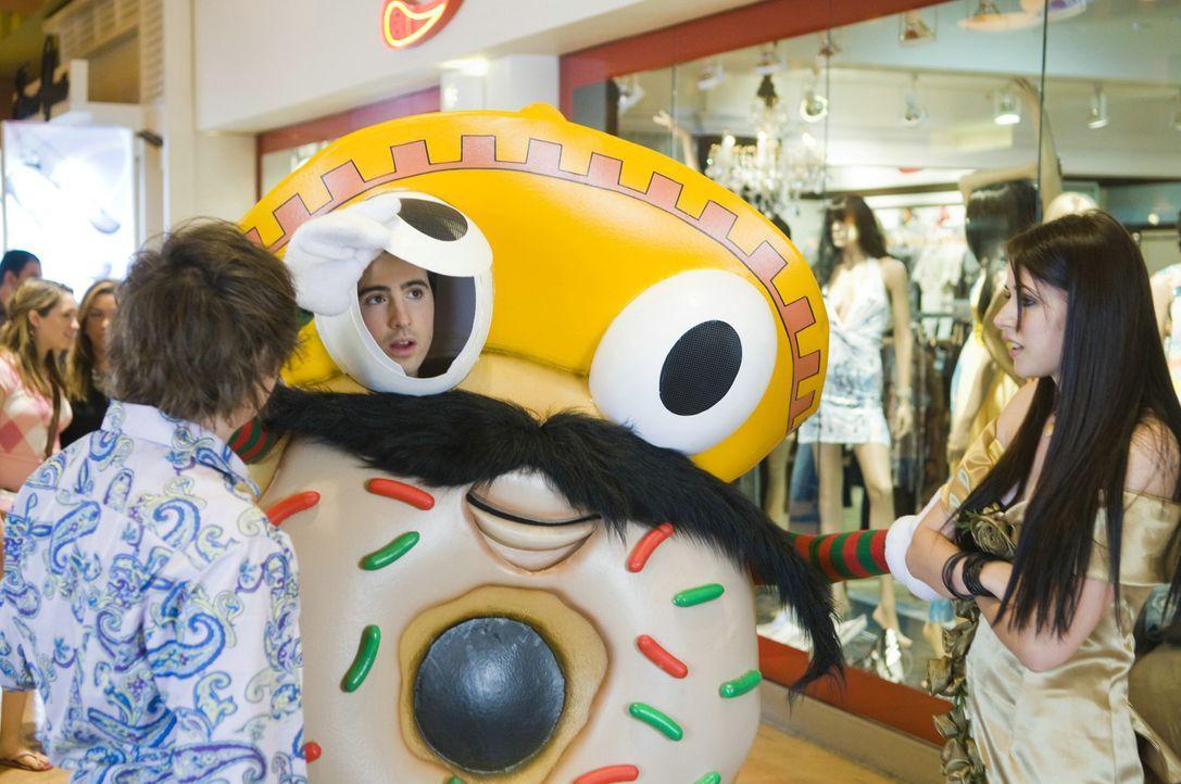 Peinlicher Ferienjob als Doughnut: Ian (Josh Zuckerman, M.) und sein bester Freund Lance (Clark Duke, l.) und seine große Liebe, Felicia (Amanda Cr... - Bildquelle: 2008 Summit Entertainment, LLC. All rights reserved