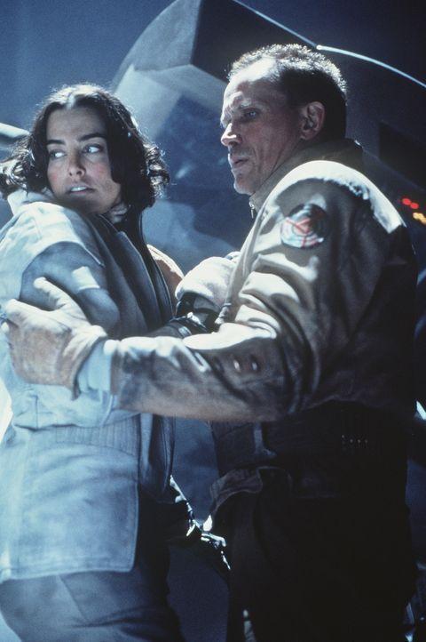 Können die beiden einander vertrauen?: Jessica (Jennifer Rubin, l.) und Colonel Hendricksson (Peter Weller, r.) ... - Bildquelle: Columbia TriStar