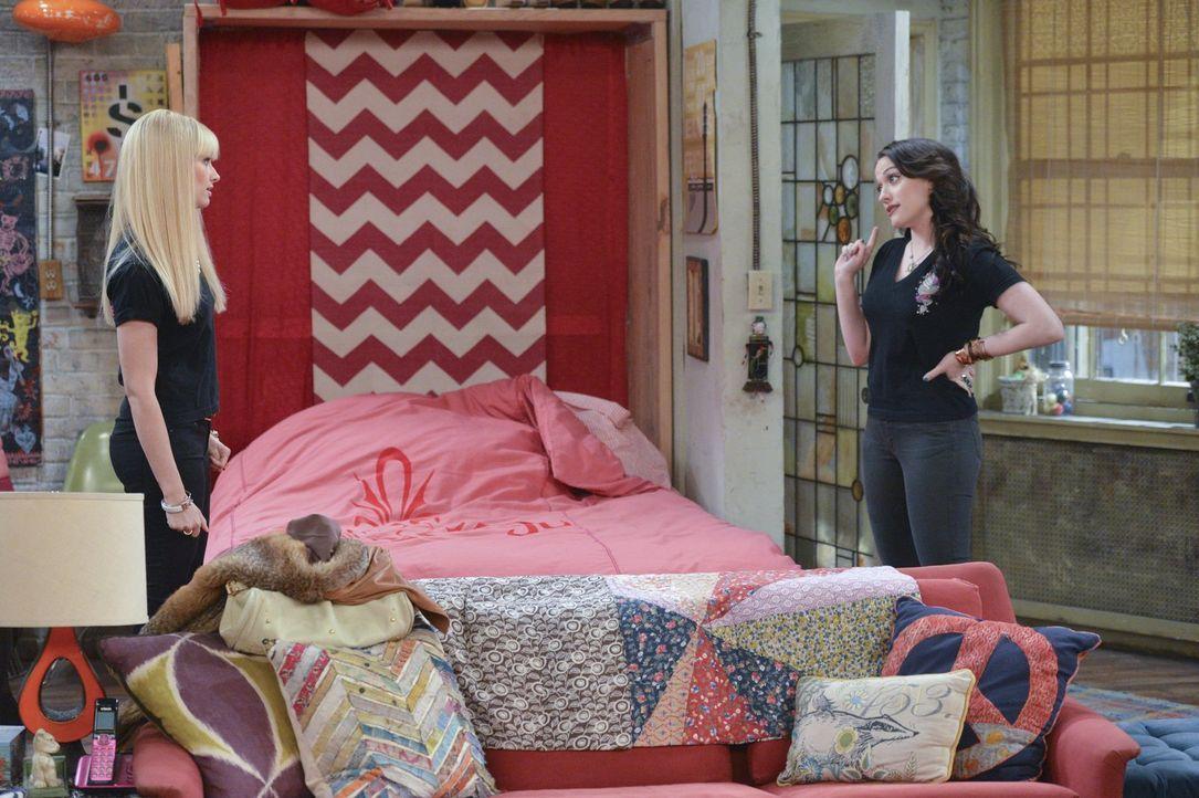 Als ein Fernsehproduzent an Max (Kat Dennings, r.) und Caroline (Beth Behrs, l.) herantritt, um ihnen ein ganz besonderes Angebot zu machen, sind si... - Bildquelle: Warner Bros. Television