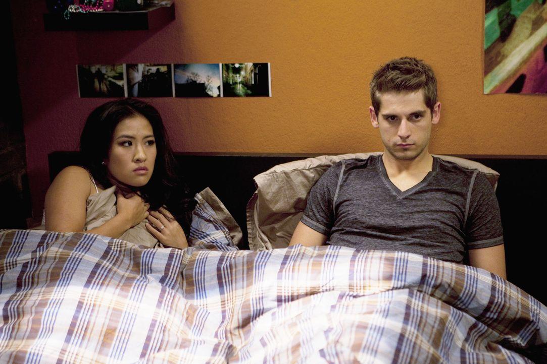 Was macht Ben (Jean-Luc Bilodeau, r.) mit Katie (Melissa Tang, l.), der Braut, im Bett? - Bildquelle: Randy Holmes ABC Family